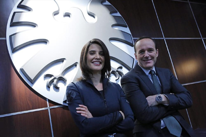 L'agent Maria Hill et l'agent Coulson.